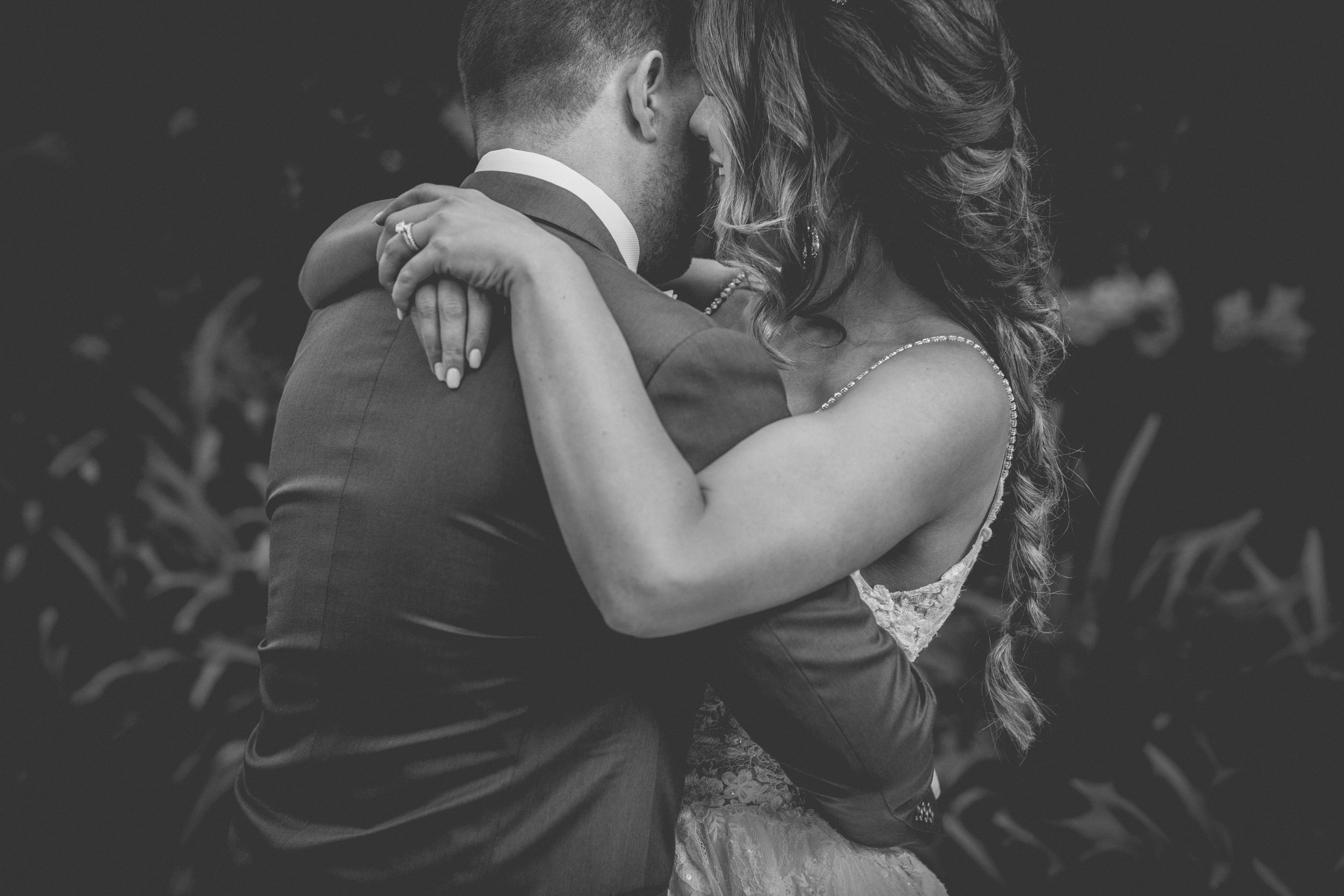 intimate hugs on your wedding day